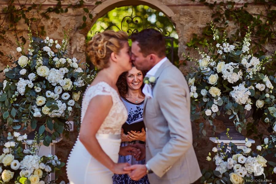 wedding-officiant-perfect-couple-kiss