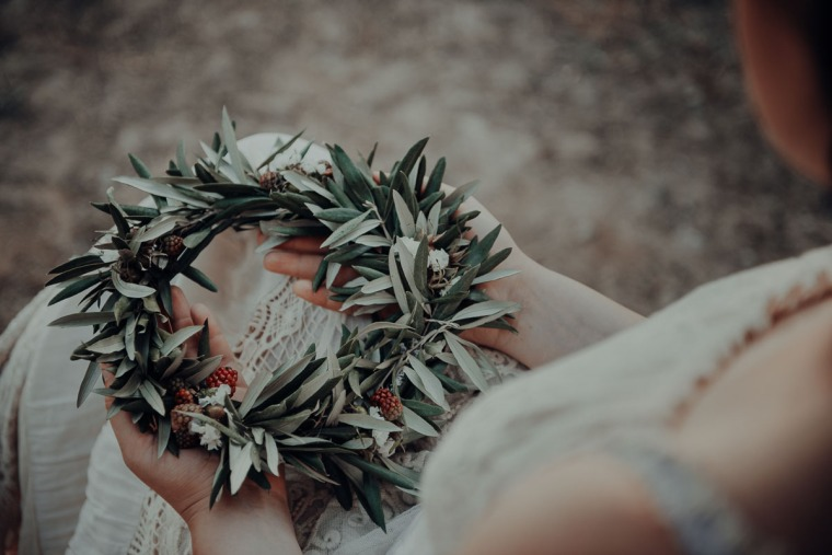 elopement tyara made of olive leafs and berries